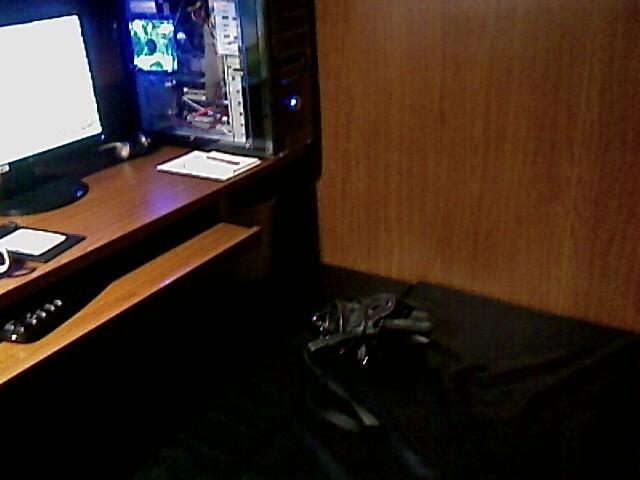 Otra vista del cuartito. Se ve el gabinete del CPU